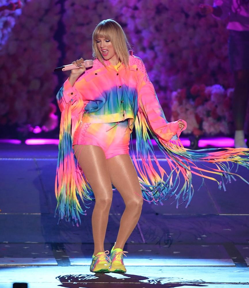 Taylor Swift preforming at iHeartRadio Wango Tango, 2019.