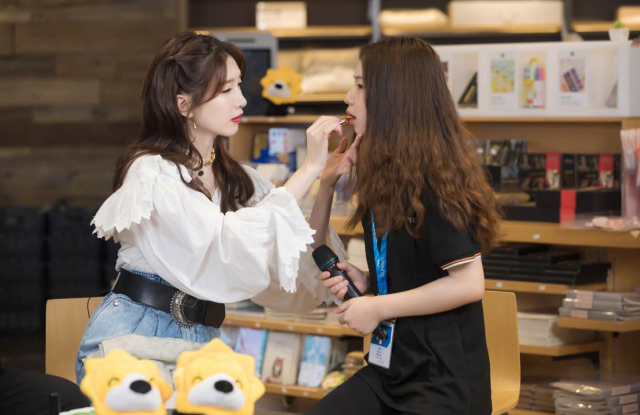 """Actress from hit TV show """"Nothing But Thirty"""" Jiang Shuying hosted Suning.com's first live streaming selling luxury goods."""