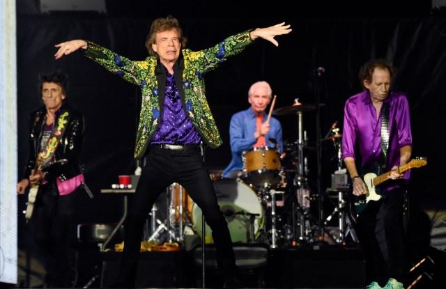 """ARCHIVO – En esta fotografía de archivo del 23 de agosto de 2019 Ron Wood, de izquierda a derecha, Mick Jagger, Charlie Watts y Keith Richards de los Rolling Stones durante su cocierto en Pasadena, California. Rolling Stones lanzarán una nueva versión de su álbum de 1973 """"Goats Head Soup"""" con tres canciones inéditas. Una de las nuevas canciones se titula """"Scarlet"""" e incluye al guitarrista de Led Zeppelin Jimmy Page. El álbum que será lanzado el 4 de septiembre de 2020. (Foto Chris Pizzello/Invision/AP, archivo)"""