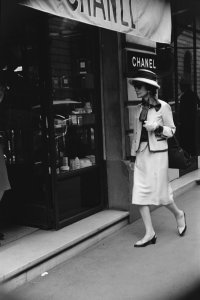 Mademoiselle Chanel in front of the boutique 31 rue Cambon, 1962