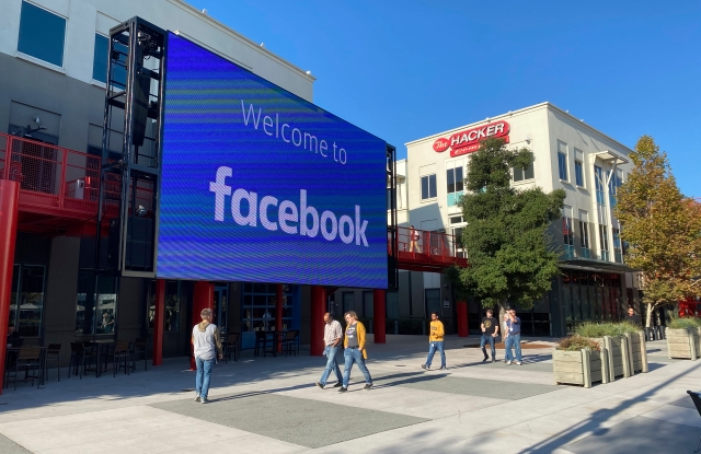06 November 2019, US, Menlo Park: Employees of the Internet company Facebook walk through the courtyard of the company campus in Menlo Park, California. The building complex used to house the technology group Sun Microsystems, which was taken over by the database manufacturer Oracle in 2010. Photo by: Christoph Dernbach/picture-alliance/dpa/AP Images