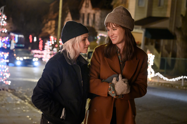 """Kristen Stewart and Mackenzie Davis in """"Happiest Season."""""""