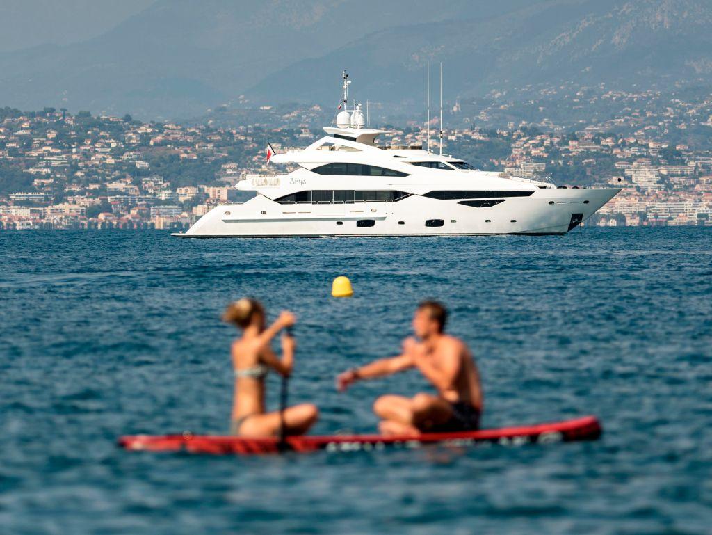 Ambiance estivale. Paddle. Couple sur l'eau pres du port d'Antibes. Yacht. (Sipa via AP Images)