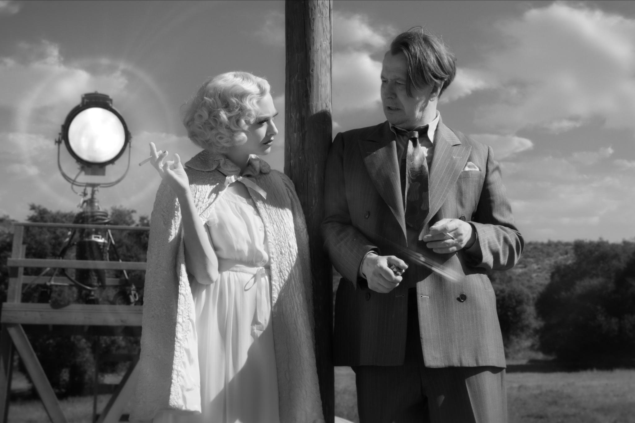 MANK (2020)Amanda Seyfried as Marion Davies and Gary Oldman as Herman Mankiewicz.