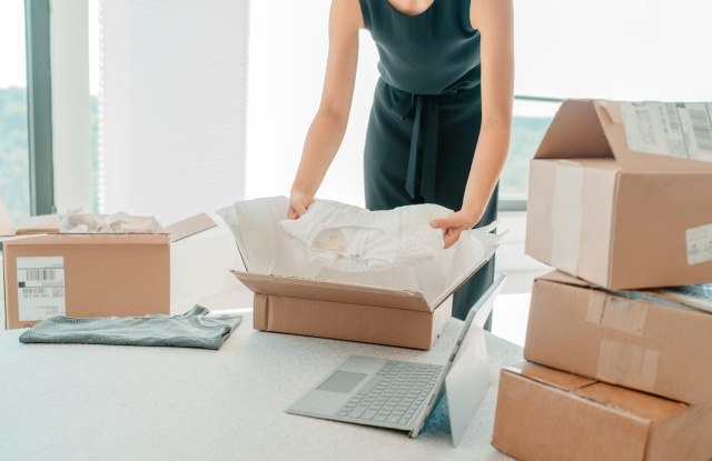 woman boxes e-commerce