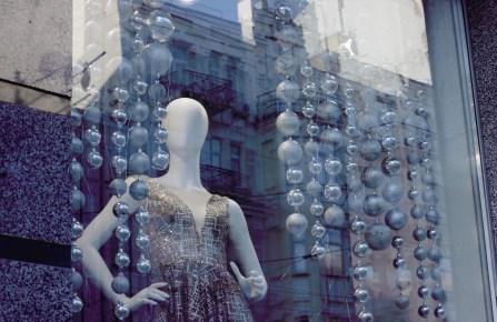 Mannequin chic store window