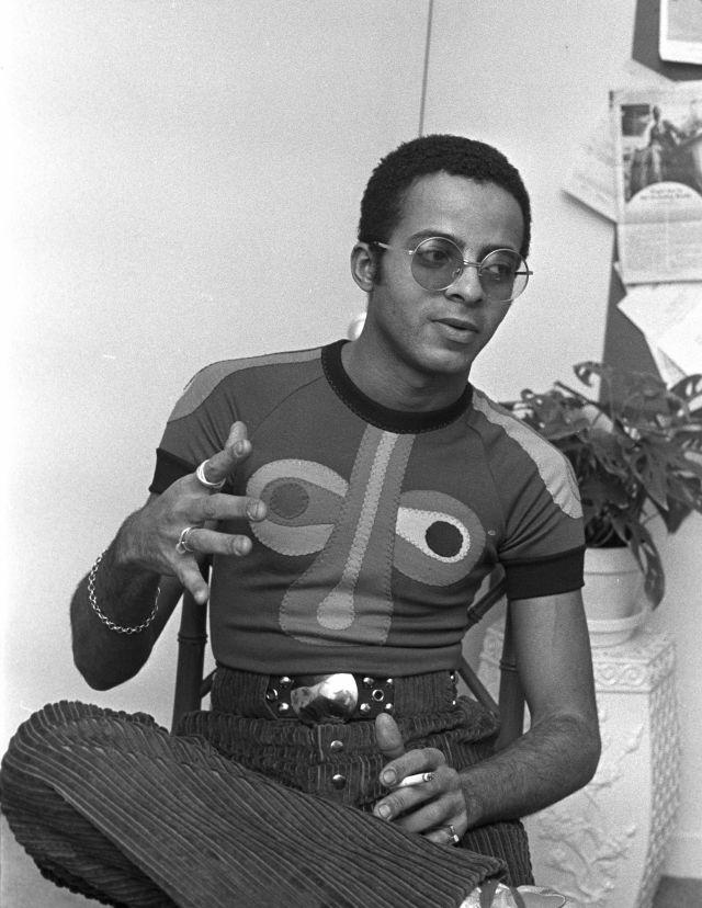 استفان باروز ، طراح مد ، هنگام نمایش مجموعه بهار / تابستان 1971 خود در نیویورک ، یک تی شرت رنگارنگ پوشیده است