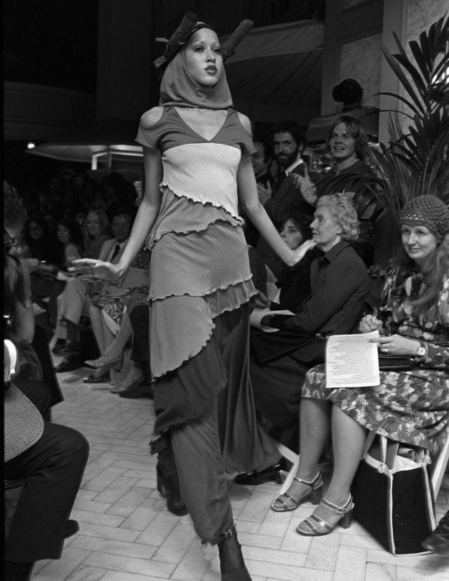 مدلی که ظاهری چاپی از نمایشگاه Stephen Burrows Fall / Winter Ready to Wear 1971 در نیویورک پوشیده است