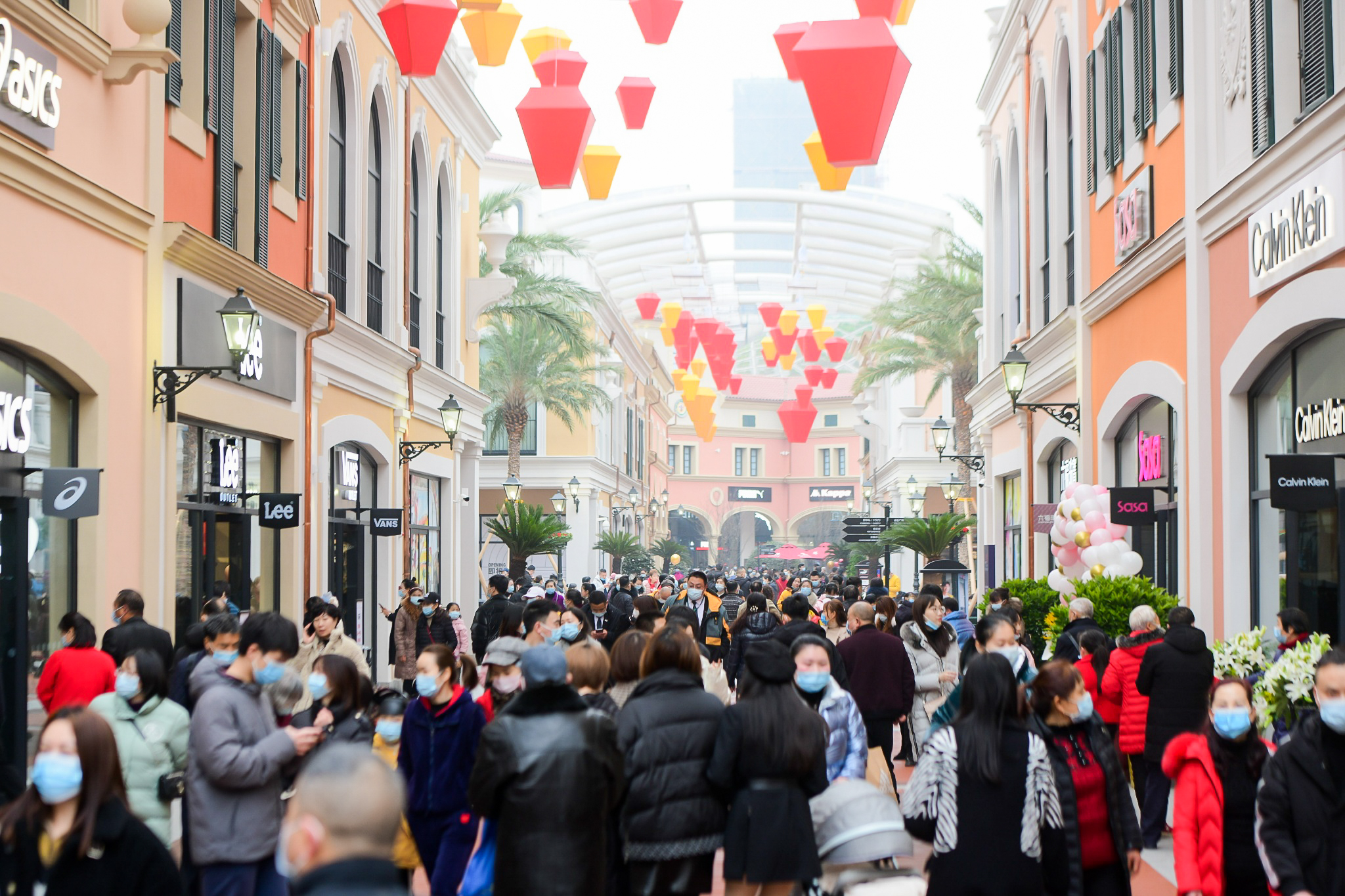 Luxury outlet Florentia Village's seventh outpost in Chongqing, saw a huge crowd of shoppers on the opening day.