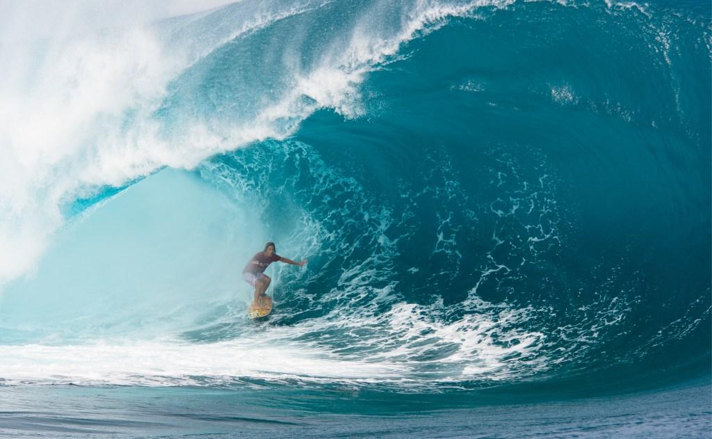 دنیل فولر در حال موج سواری.  از جانب