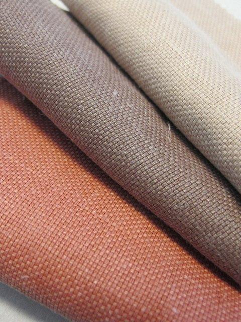 تسیتورا مونتی پارچه های کنف و پارچه ای با رنگ خاکی را برای بهار 2022 عرضه کرد.