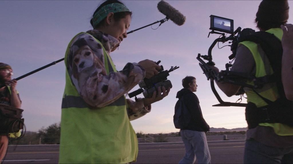کارگردان / نویسنده Chloé Zhao و Frances McDormand در صحنه فیلم NOMADLAND.  عکس با مجوز از تصاویر جستجوگر.  © 2020 استودیوی قرن بیستم کلیه حقوق محفوظ است