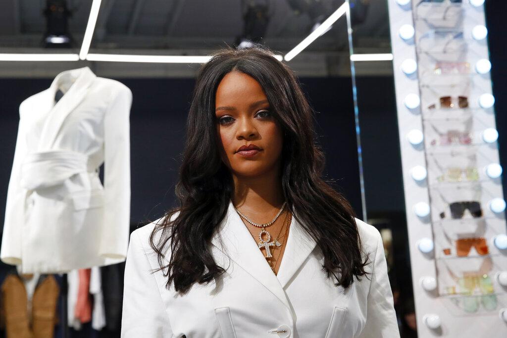 ARCHIVO - La cantante Rihanna, la primera mujer negra en dirigir una casa de lujo en París, posa al presentar la primera colección de diseños de Fenty en la tienda pop-up en París, Francia, el 22 de mayo de 2019. Un tuit de Rihanna sobre las protestas de los agricultores indios enfureció al gobierno y a partidarios del partido del primer ministro, Narendra Modi el 3 de febrero de 2021.