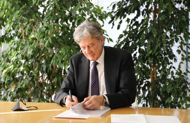 Intercos Group's president and founder Dario Ferrari signing the agreement with the University of Milano-Bicocca.