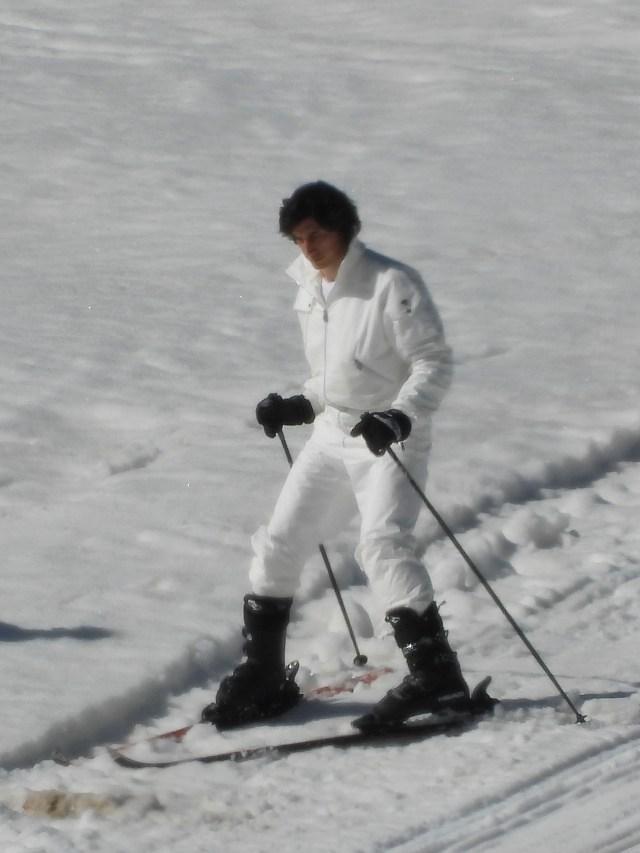 آدام درایور در حال فیلمبرداری از صحنه اسکی در نقش مائوریتزیو گوچی در