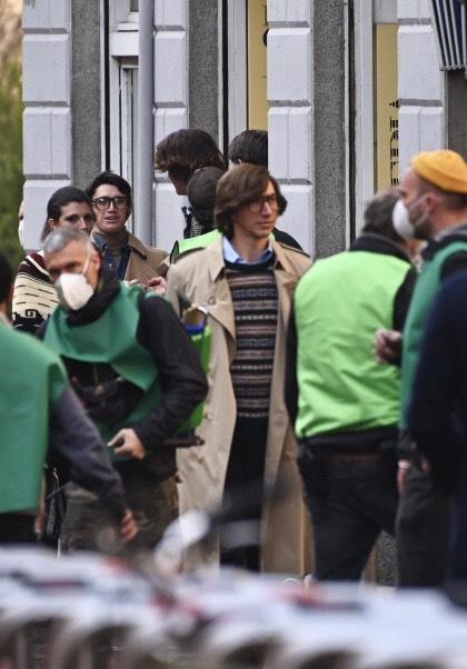 آدام درایور در حال فیلمبرداری از خانه گوچی در میلان.