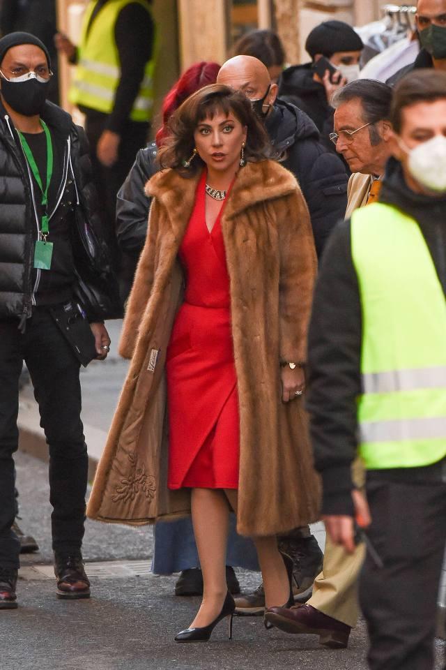 لیدی گاگا خز پوشیده و آل پاچینو در حال فیلمبرداری از خانه گوچی در رم ، ایتالیا است.