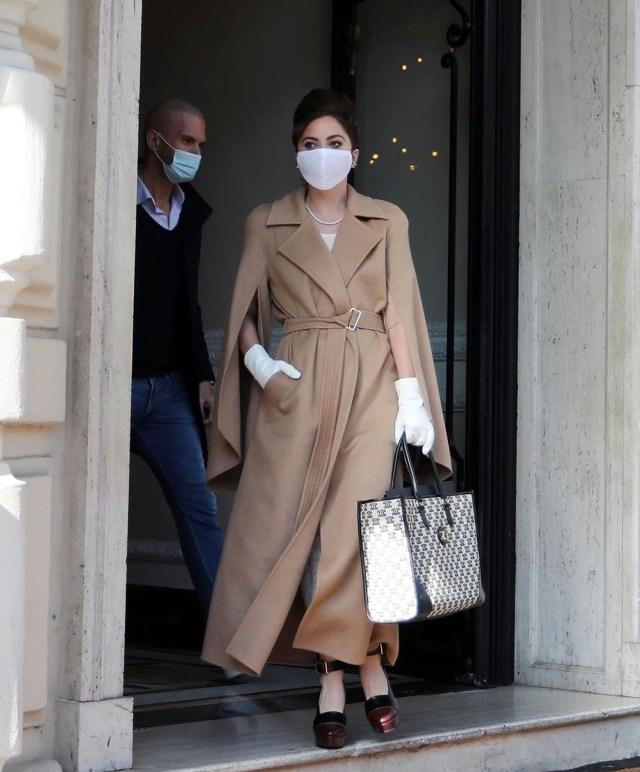 BGUK_2081989 - * PREMIUM-EXCLUSIVE * رم ، ایتالیا - باید قبل از استفاده برای قیمت گذاری فراخوان شود - برای استفاده آنلاین تا اطلاع ثانوی کاملاً در دسترس نیست - خواننده سوپراستار لیدی گاگا با استفاده از ماسک صورت محافظ خود ، مانتو قهوه ای شیک ، از هتل خود در رم ظاهر شد کیف دستی ، کفش پاشنه بلند و دستکش سفید در حالی که روحیه روحیه خوبی به نظر می رسید ، موجی به دوربین ها می بخشد. این اولین حضور عمومی ستاره پاپ از زمان بسیار آسیب زای او به دلیل واقعه کاملا مستند با سگها و سگش است ریان فیشر واکر ، که توسط دو مردی که سگهای گاگا را در هالیوود ربوده بودند ، مورد اصابت گلوله قرار گرفت. اکنون به نظر می رسد همه پس از خبر خوش آمدگویی مبنی بر اینکه سگهای او سالم شناخته شده اند و انتظار می رود واکر سگ وی پس از سرقت مسلحانه بهبودی کامل یابد ، خوب است. Lady GagaBACKGRID UK 2 مارس 2021 انگلستان: +44 208 344 2007 / uksales@backgrid.com ایالات متحده آمریکا: +1 310 798 9111 / usasales@backgrid.com