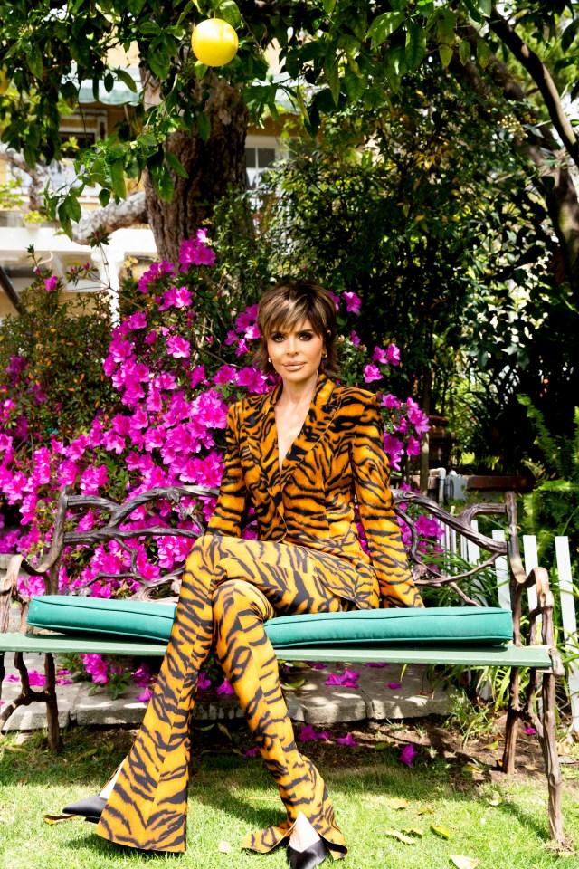 لیزا رینا در یک باغ