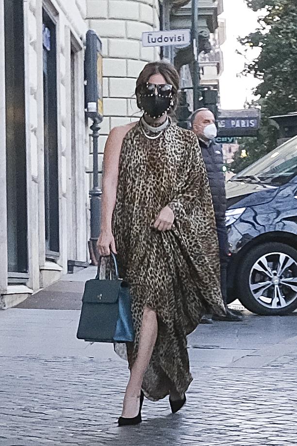 """لیدی گاگا در حالی که به عنوان پاتریزیا ریگیانی ، شخصیتی که قصد دارد در فیلم جدید ریدلی اسکات بازی کند ، با پوشیدن لباس اصلی خود به هتل خود در رم رفته است """"خانه گوچی"""""""