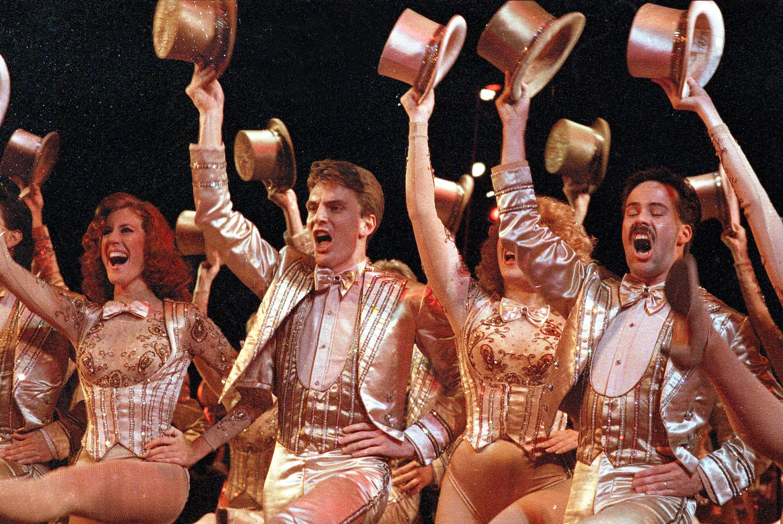 """Miembros del elenco del musical más antiguo de Nueva York en Broadway, """"Una línea de coro,"""" bailar en la escena final del espectáculo, en el Teatro Shubert, Nueva York, el 11 de agosto de 1987. (Foto AP)"""