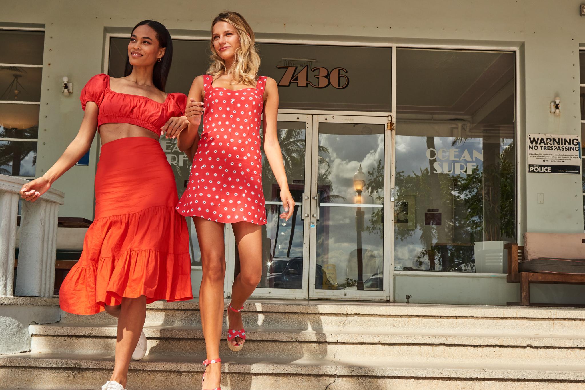 پس از ماه ها فروش پیراهن های عرق و شلوار ورزشی ، خریداران به دنبال لباس های کمد لباس هستند. عکس از نیکول میلر