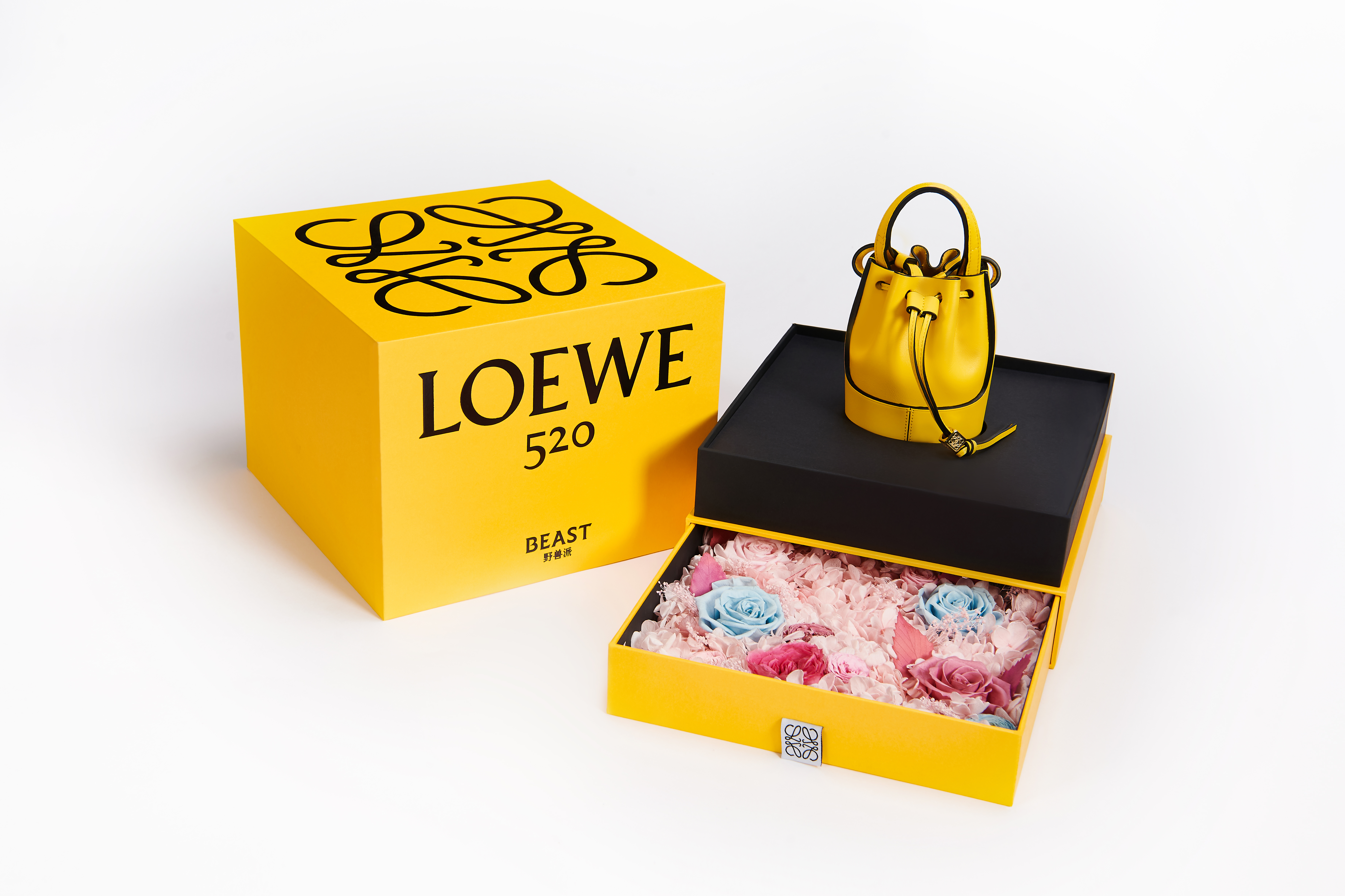 Loewe Nono Balloon made its global debut in China for 520, and comes with a flower gift box designed by The Beast.