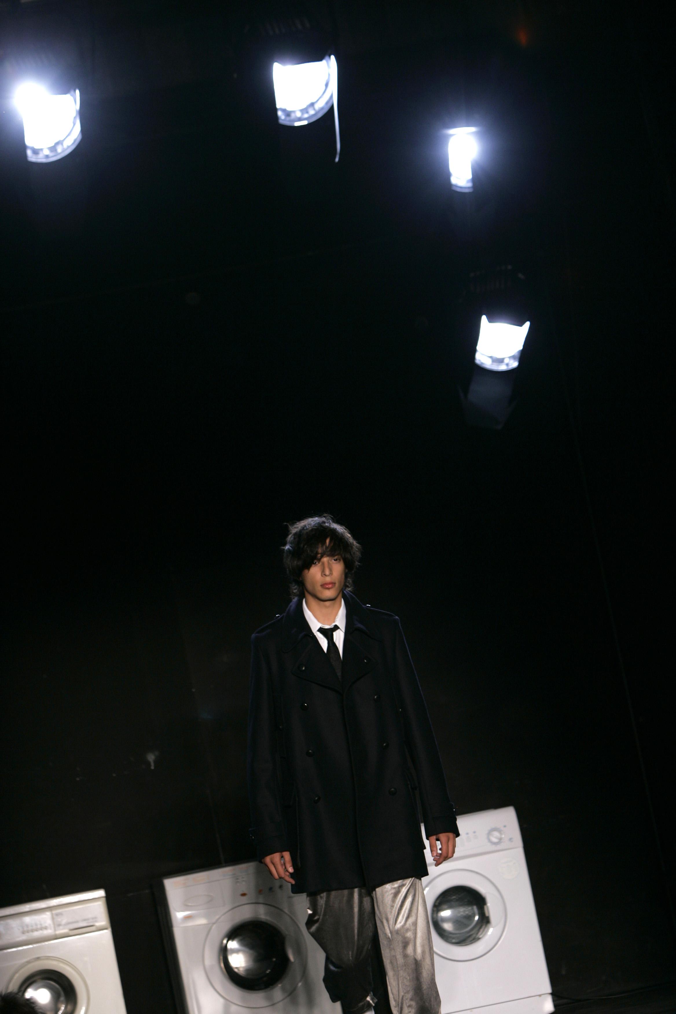 یک مدل از خلاقیت های Kris Van Assche بلژیکی به عنوان بخشی از مجموعه مد مردان پاییز / زمستان 2008-2009 خود در پاریس ، جمعه 18 ژانویه 2008 ، استفاده می کند.