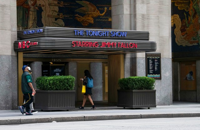 August 22, 2020: An overall view of a pedestrian walking past The Tonight Show studio location in NYC while wearing a PPE mask due to the Covid-19 pandemic in Manhattan, New York. Mandatory credit: Kostas Lymperopoulos/CSM (Credit Image: © Kostas Lymperopoulos/CSM via ZUMA Wire) (Cal Sport Media via AP Images)