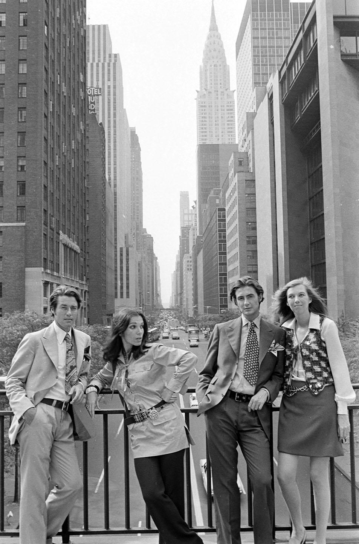 طراح Roy Halston ، سردبیر مد Frances Stein ، مدیر مد Joan Creveling و طراح Joel Schumacher در امتداد خیابان 42nd East در شهر نیویورک ، 1968 عکس گرفتند.