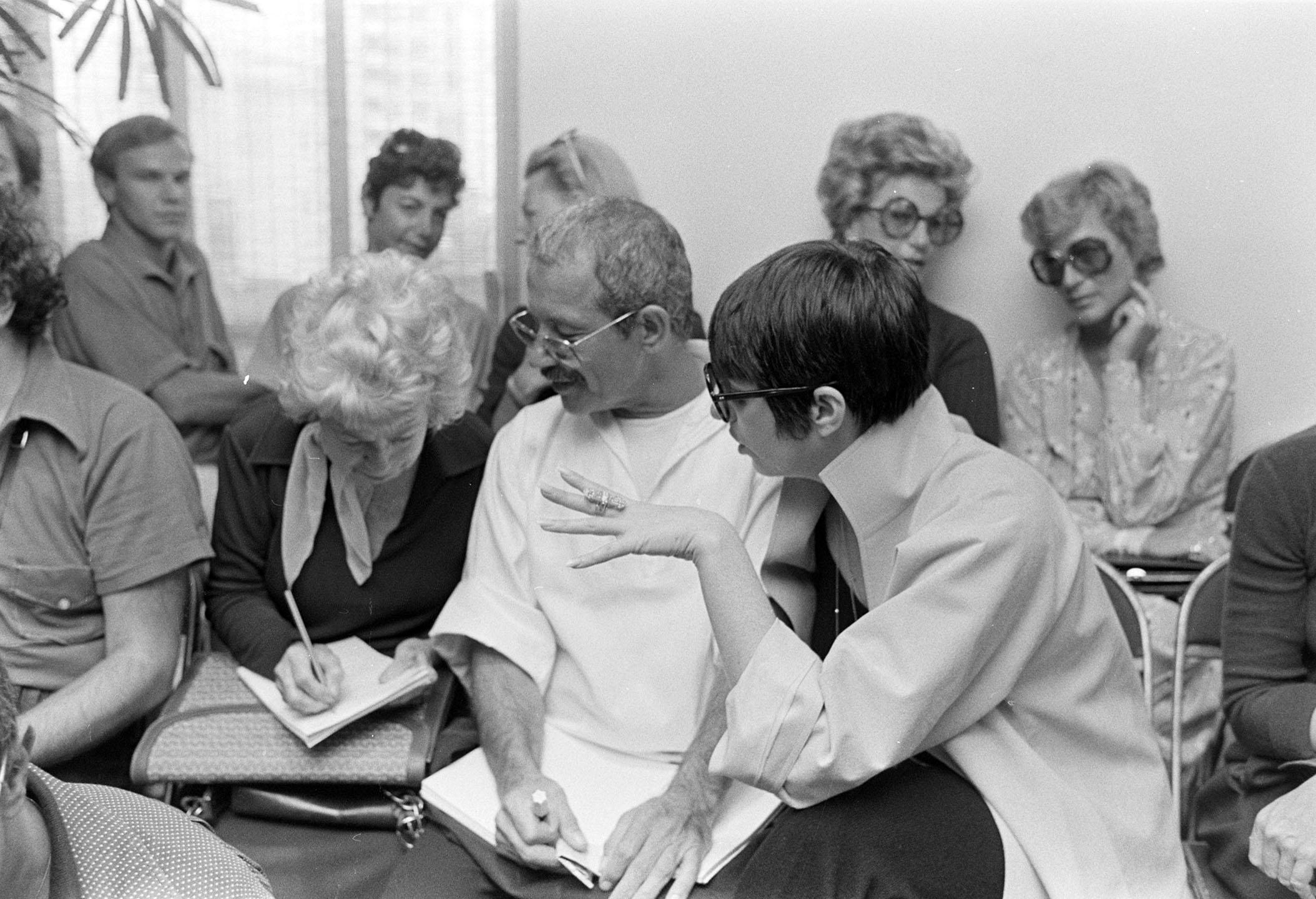 نویسنده مد ، اوگنیا شپارد ، هنرمند جو ایولا و لیزا مینلی در 12 سپتامبر 1974 در مراسم ارائه مجموعه تفریحی هالستون شرکت کردند.