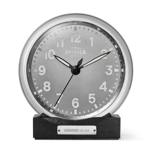ساعت میز Shinola از فلز هواپیماهای قدیمی شرکت هواپیمایی آمریکایی استفاده می کند.