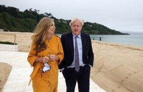09/06/2021. Cornwall, United Kingdom. Prime Minister Boris Johnson - Cornwall visit ahead of the G7. Cornwall. The Prime Minister Boris Johnson with his wife Carrie on the beach at the Carbis Bay, Cornwall, ahead of Friday's G7 summit. Picture by Andrew Parsons / No 10 Downing Street