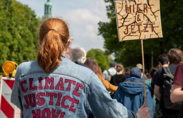 Um die 80 Menschen versammelten sich am 28. Mai 2021 in München, um für Klimagerechtigkeit zu demonstrieren. * On May 28, 2021 around 80 people joined a demonstration for Climate Justice in Munich, Germany. (Photo by Alexander Pohl/Sipa USA)(Sipa via AP Images)