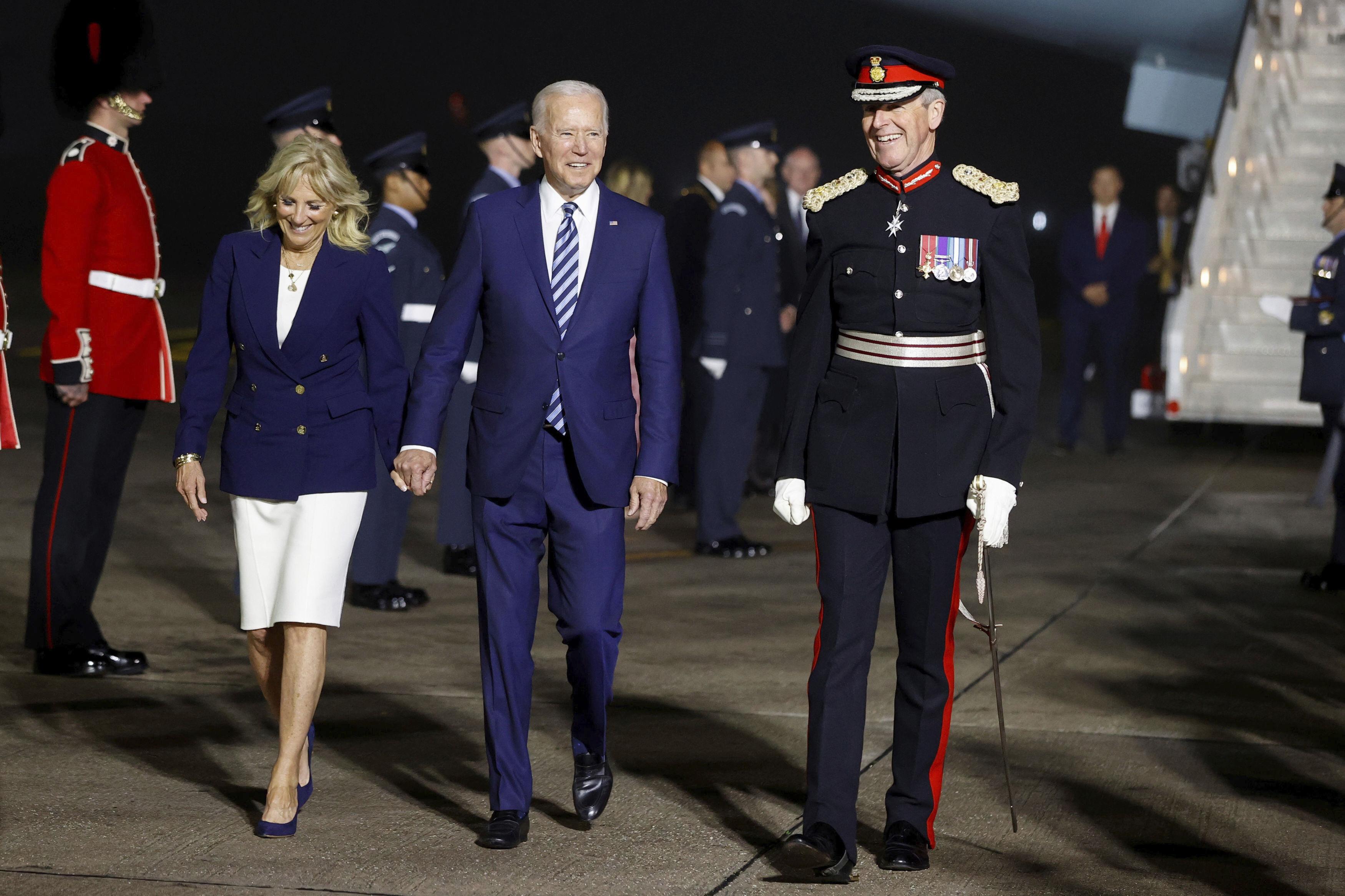 جو بایدن ، رئیس جمهور آمریكا و جیل بایدن ، بانوی اول ، هنگام ورود به نیروی هوایی یك در فرودگاه نیوكوی كورنوال ، نزدیك نیوكوی ، انگلیس ، قبل از اجلاس G7 در كورنوال ، اوایل پنجشنبه ، ژوئن ، توسط سرهنگ ادوارد بولیثو ، ستوان لرد كرنوال همراه می شوند. 10 ، 2021. (فیل نوبل / عکس استخر از طریق AP)