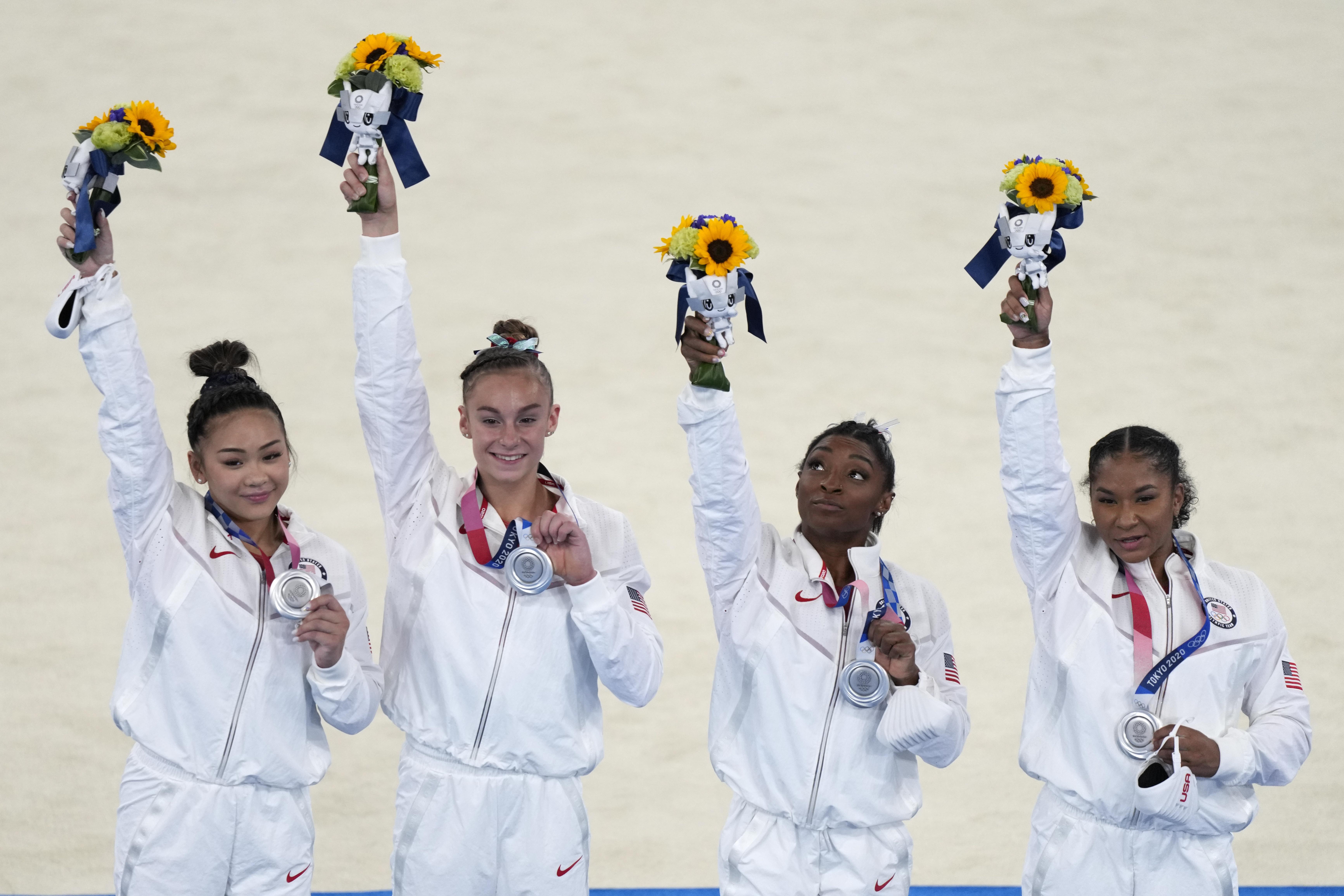 تیم ژیمناستیک ایالات متحده آمریکا مدال نقره مسابقات تیمی را دریافت می کند