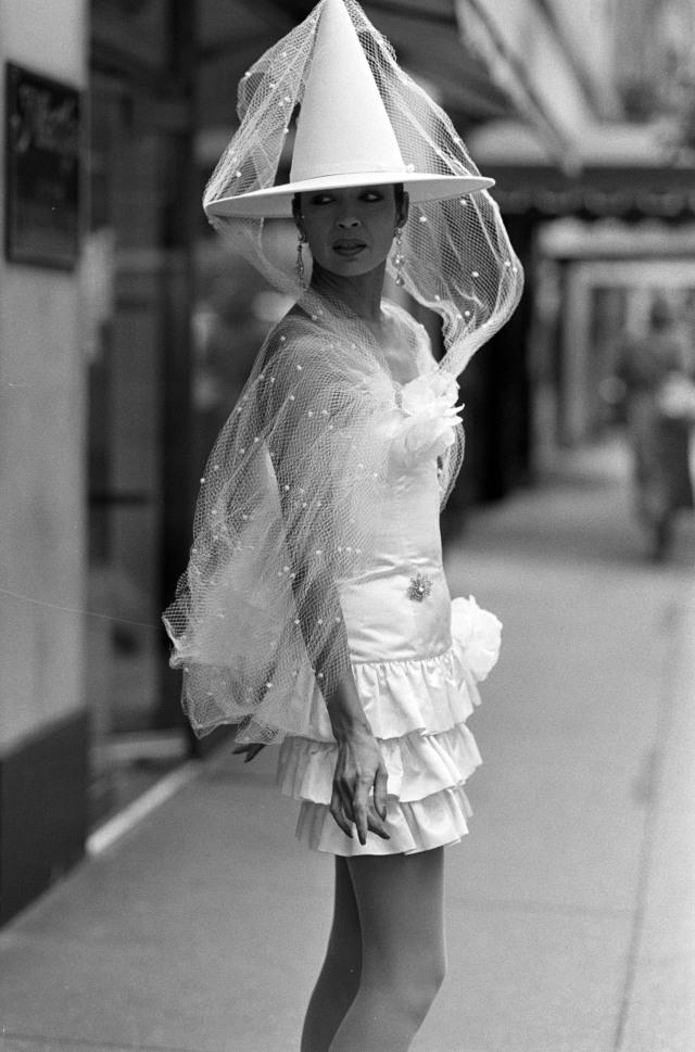 یک مدل در یک گروه عروس از پاتریک کلی ساخته شده تا سفارش برای مارتا ، شرکت ، نیویورک عکس می گیرد.