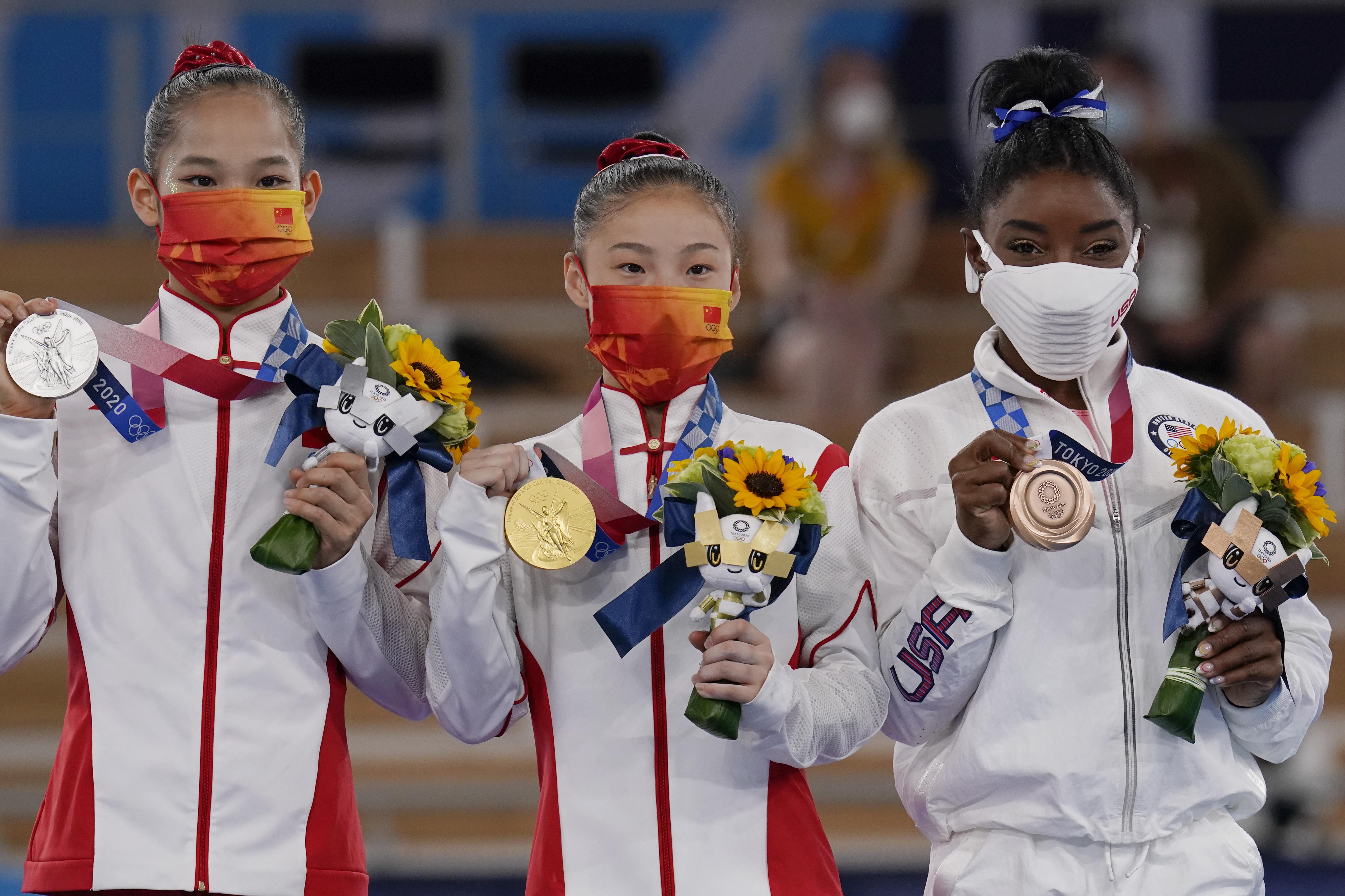 دارنده مدال طلا گوان چنچن ، از چین ، مرکز ، با دارنده مدال نقره تانگ شیجینگ ، از چپ ، دارنده مدال برنز چپ ، و سیمون بیلز ، دارنده مدال برنز از ایالات متحده ، بر روی سکو ایستاده است ، پس از مسابقه پرتو تعادل در فینال دستگاه های ژیمناستیک هنری زنان در سال 2020 المپیک تابستانی ، سه شنبه ، 3 اوت 2021 ، در توکیو ، ژاپن.  (عکس AP/گرگوری بول)
